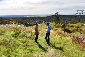 Anders Blomquist, vd Grönklittsgruppen, och Mikael Thalin (C), kommunalråd i Orsa, diskuterar den kommande satsningen på området.