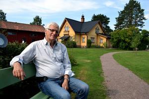 Per Ståbi framför farmoderns tidigare bostad.