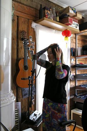 Sanne Stenbeck i studion, i huset.