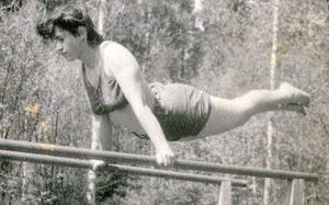 Gymnastik var också en del av vardagen på kibbutzen. Mirjam var spänstig.