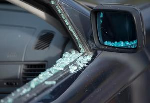 På onsdagskvällen krossades en ruta till en bil på Bataljonsvägen i Falun. Ur bilen stals sedan två väskor. Obs: Bilden är tagen vid ett annat bilinbrott.