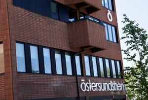 Östersundshem vill inte betala lön under Kindbergs uppsägningstid. Kindberg anser att det är ett brott mot anställningsavtalet.