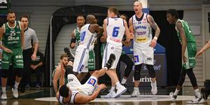 Ordningsvakter var tvungna att gå in på planen och sära på spelarna. Bild: Martin Jonsson Tibblin.