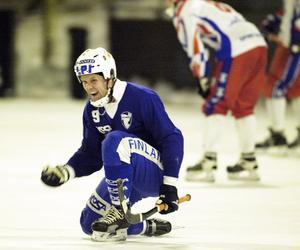 Ari Holopainen firar efter att ha gjort samtliga mål i VM-semifinalen mot Ryssland 2004. Foto: Krister Halvars.