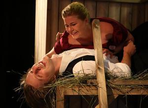 William Davis Lind och Evelina Stenvall som Camille och Valencienne i Glada Änkan. Foto Lars Redhe
