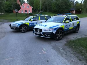 Polisen fanns på plats med minst fyra bilar i Ljusne efter det misstänkta rånet.