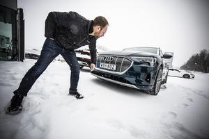 Fram under nummerskylten finns en radar. Den här typen är eluppvärmd så den även ska fungera vintertid. Robert Norström inspekterar nya Audi E-tron 55 quattro.