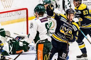 Christoffer Törngren jublar efter sitt 1-0-mål i HV71:s 3-2-seger mot Färjestad i Kinnarps Arena.