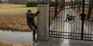 Det går att ta sig förbi grinden även om den är stängd. Kjell Bäverwall från det numer nedlagda Vårdingerådet vet hur.
