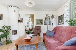 Vardagsrum med kakelugn.  Foto: Kim Lill/Husfoto