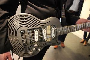 Närbild på Sandviks okrossbara gitarr.