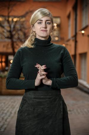 Matilda Gustavsson  är sparsam med att skriva in egna åsikter i boken. Men vissa ställningstaganden gör hon.