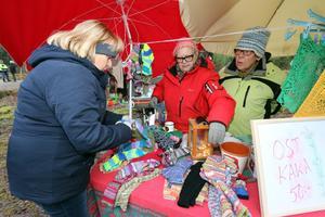 Lena Berg köper sockor av Anette Johansson och ostkaka av Ann- Christin Petterson från Kumla.- De är jättebra och jag åker hit varje år, säger Lena.