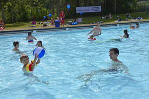 I poolen var det lek och skoj med både badbollar och ballonger.