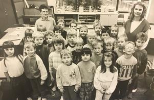 Hällbyskolans nybörjarklasser är stora, här en etta med 25 barn 1988. Lärarna här heter Asta Stenemar och Margareta Lassen-Henriksson. Foto: Göran Widerberg/VLT:s arkiv