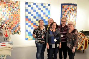 Några av utställarna. Från vänster: Gisela Nilsson, Catrin Jonsson, Kerstin Heldeby, Inger Skog och Ann-Maj Sundström.