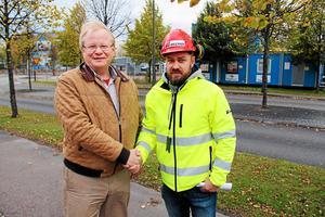Dåvarande distriktsordföranden Peter Hultqvist (S) garanterade Byggnads ombudsman Kim Söderström (S) krav på kollektivavtal i S-kommunernas upphandlingar. Det var lurendrejeri.