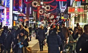 Jultider är en av de viktigaste perioderna för svensk handel. Varor för miljarder handlas in, äts upp eller hamnar under Julgranen. Mycket är sådant vi inte behöver, en del är ett uttryck för överflöd och allt påverkar vård omvärld. Foto: Tomas Oneborg/TT