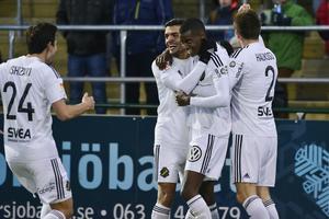 AIK:s Alexander Isak gratuleras efter första målet i allsvenskan.