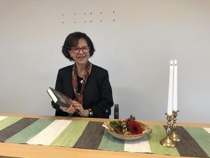 Elsie Bäcklund Sandberg läser Sagostund för vuxna. Bild: Pia Tillemar.