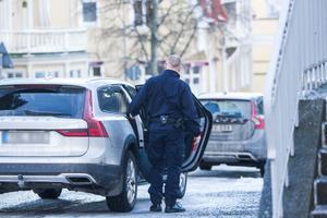 Den mordmisstänkte mannen utanför Hudiksvalls tingsrätt.