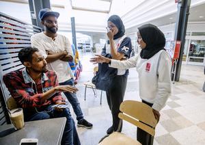 Farah Abdirasaq och Intisar Hirabe förklarar för boende i Vivalla varför det är viktigt att rösta.