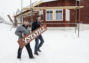 Ystatill blir namnet på gårdsmejeriet i Gåltjärn, visar Arne Jakobsson och Leif Högberg. Utbyggnaden i bakgrunden ska bli butik och kafé.