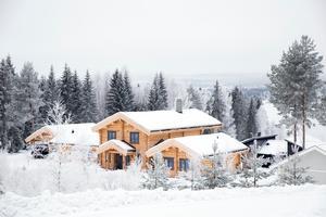Huset ligger ett stenkast från Siljans strand och byggdes 2016. Fortfarande är stockarna ljusa till färgen, men väder och vind kommer så småningom ge huset en grå patina.