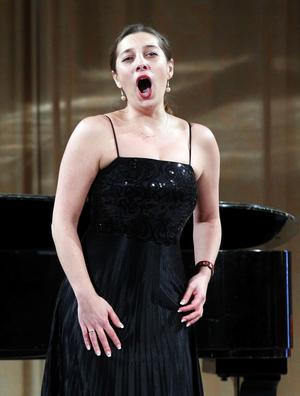 Maria Fontosh går loss i Rosinas aria ur Barberaren i Sevilla.
