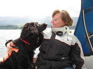 Var på semester i Skottland med min vän Micaela och skulle träffa en annan vän för att segla med honom och hans hund Dhui. Micaela och Dhui satt så perfekt en dag så jag var tvungen att föreviga dem. Det ser ut som om de tittar varandra djupt i ögonen.