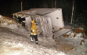 Bärgningen av den dikeskörda bilen drog ut på tiden. Foto: Ingvar Ericsson