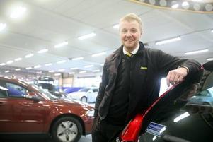 Martin Eriksson, stationschef på Hertz biluthyrning, håller som bäst på att utrusta de Volvobilar som ska ingå i den nya bilpoolen. Men vilket företag som ska använda bilarna på dagtid vill han ännu inte avslöja.