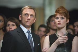 """Partydödare. Daniel Craig som James Bond och Gemma Anderton som agent Fields i """"Quantum of solace""""."""
