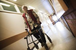 """Känner sig trygg. Inga Nyberg 91 år har bott på servicehuset Resmilan i snart två år och känner sig trygg där. Personalen har nyckel till hennes lägenhet och hon litar till fullo på dem. Men hon menar även att oärligheten är stor i dag och det kan vara lätt att lura äldre. """"Det rör sig mycket folk här och jag tror att vi släpper in människor i våra lägenheter lite för lätt. Alla är ju inte hjälpsamma som personalen utan tar för sig av det som inte är deras"""", säger han."""
