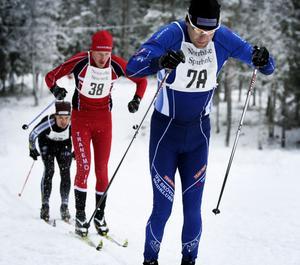 Segraren i Norrbärke Skimaraton, Dan Moberg, Skövde, eldar på i täten. Bakom skuggar slutlige femman, Erik Johansson, Tranemo, och sjätte åkare i mål, Stefan Ekman, Strömsberg.