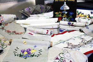 Många av handarbetsgruppens alster blir vinster under den årliga höstfesten, som i år arrangeras den 22 november i Sunnangårdens samlingssal.
