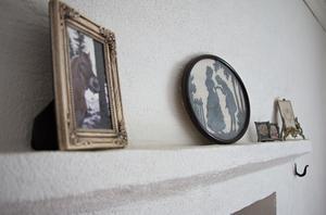 Spiselkransen i sovrummet  pryds av bilder på bland annat familj och hästar.