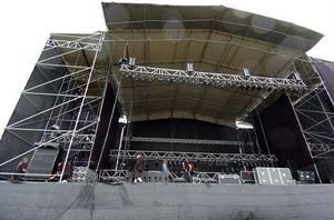 Två stora scener utgör mittpunkten på festivalområdet.