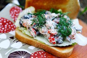 Vissa matsvampar har en skaldjurssmak som man bör ta vara på. Här en macka med kräftstjärtar och svamp.