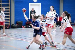 Eva Johansson, kapten in laget, gör här ett av sina fyra mål och var en av många som visade vägen när Arbrå skrällde och vann mot tabelltvåan RP Linköping med 26–23.