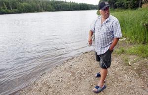 Nedanför reningsverket i Degerfors går en liten väg ned till en iläggningsplats för båtar. I förra veckan upptäckte Kenneth Wass att någon tjuvfiskade kräftor på platsen.