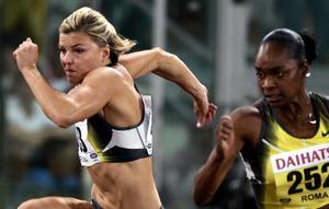 Fighter. Det hjälpte inte att Sanna Kallur kämpade och försökte. Michelle Perry (t.h.) var överlägsen och sprang världens snabbaste häcklopp i år. Foto:GREGORIO BORGIA