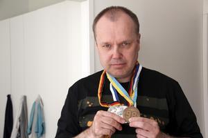 Kari Leskelä, Sala, fyller 50 år den 4 maj 2014. Har bott 30 år i Fagersta. Diagnostiserades med Aspergers syndrom som 35-åring, har sprungit över 30 maraton.
