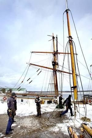Det krävs förberedelser innan kranen lyfter toppmasten på plats. Skeppsansvarige kommunicerar med riggarbetarna Jonas Ottosson, Joakim Ekedahl och Karl-Oskar Momark.