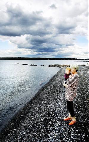 Vivis stuga ligger alldeles intill Storsjöns strand. Dit går hon gärna för att spana ut över sjön och fjällen.