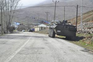 Pansarfordon strax utanför en vallokal i orten Koyüngölu, eller Kedek på kurdiska. Närvaron av beväpnad militär var påtaglig, trots uttalade förbud mot vapen och uniformer i närheten av vallokalerna.