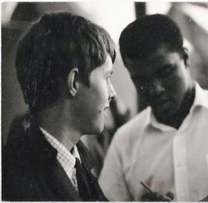 Peter Swedenmark får en autograf av Muhammad Ali.