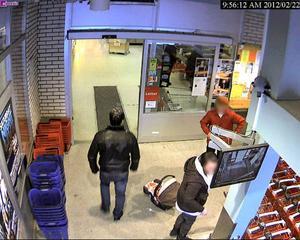 Här går attentatsmannen in på Ica Simonssons ett par timmar före mordförsöket.