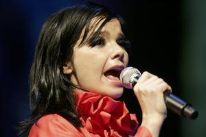 Björk, en av de storbolagsdistribuerade stjärnor som vågar experimentera och sticka ut den musikaliska hakan.