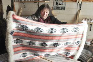 Karin Back med ett av sina fälltäcken som tagit två månader att göra klart.